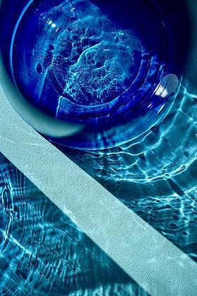 Bleu : set design et photographies colorées - Portrait décoration vaisselle enfant mode