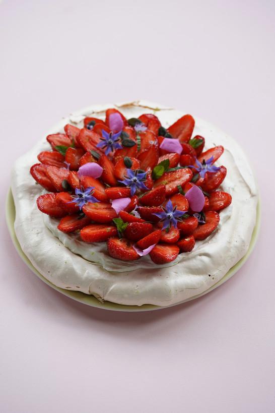 Pavlova aux fraises, menthe et citron vert