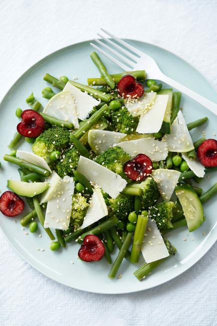 Salade de légumes verts, cerises et parmesan