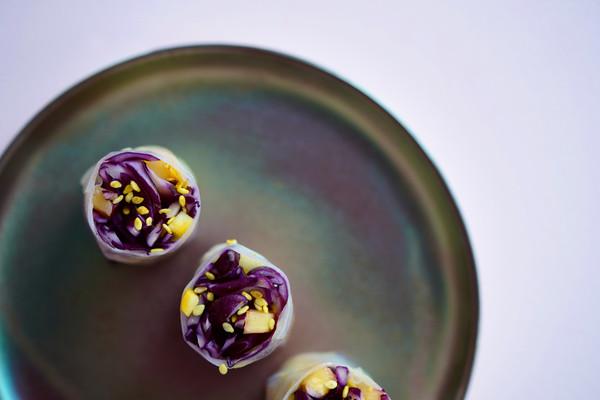 Rouleaux de printemps chou rouge et mangue