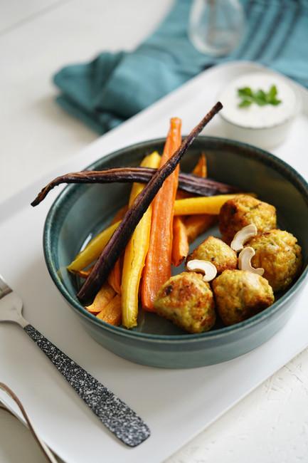 Billes de poulet, frites de légumes et dips de yaourt grec