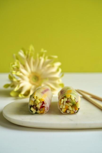 Rouleaux de printemps aux légumes crus, coriandre et pickles