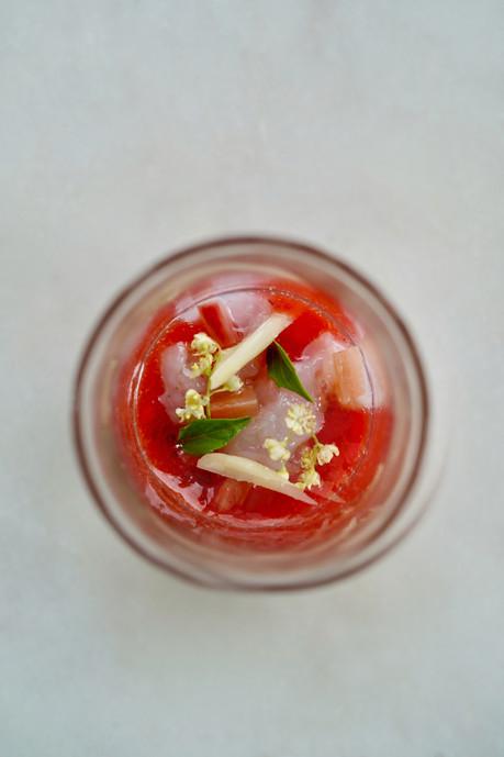 Velouté de fraise et tomate, carpaccio de langoustine et vanille, fleur de sureau, basilic, amande, pickles de rhubarbe