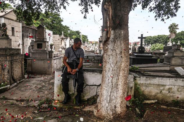 A cop cried during the funeral of the police chief Fábio Monteiro, shot dead at Jacarezinho slum. Rio de Janeiro, 13/01/2018