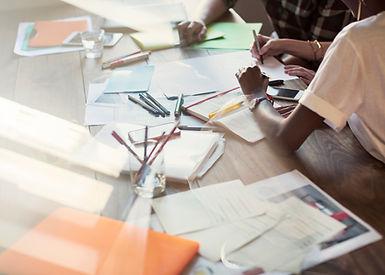As pessoas criativas de brainstorming em