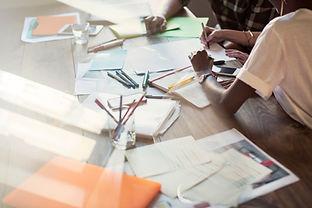 Kreative Menschen in Sitzung Brainstormi