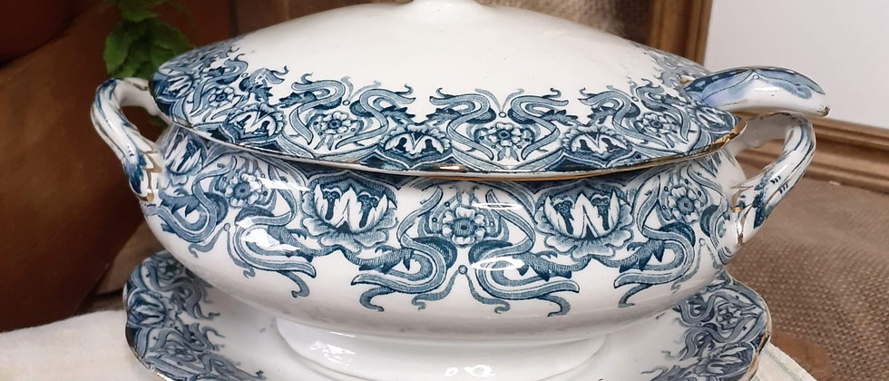 Tureen, with lid, ladle and saucer