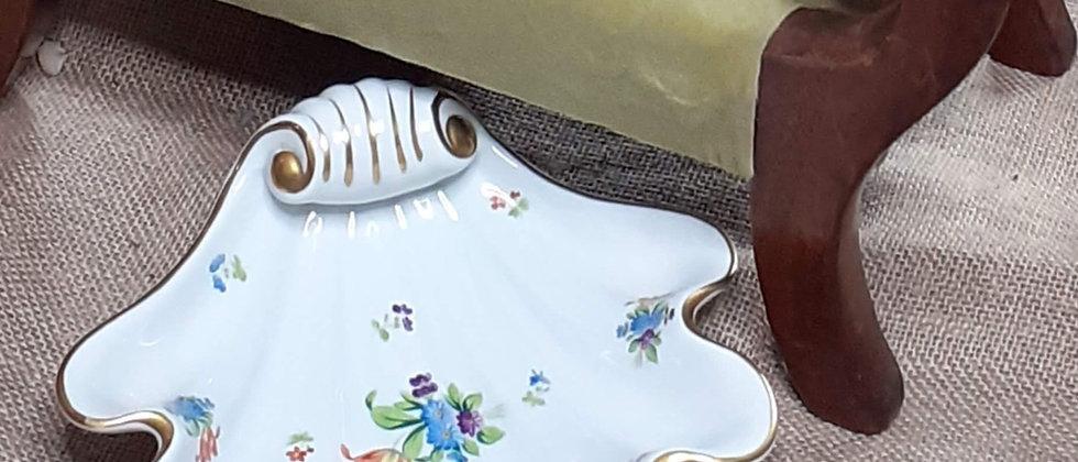 Shell shaped decorative bowl