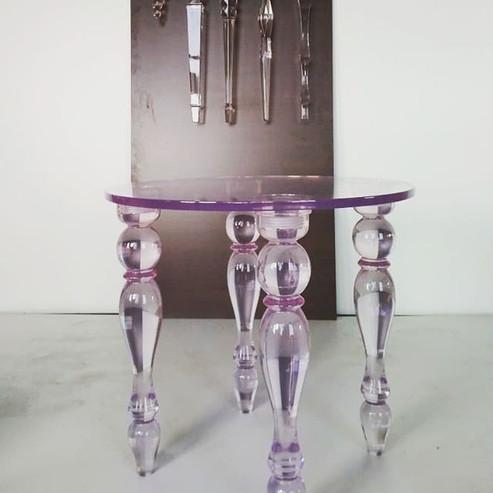 Стол с прозрачными опорами и прозрачной