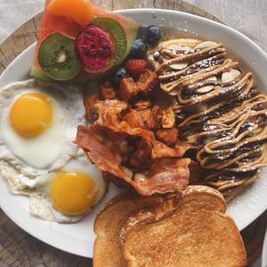 Demi-Gaufre avec 2 oeufs, patate, bacon, roties et café pour