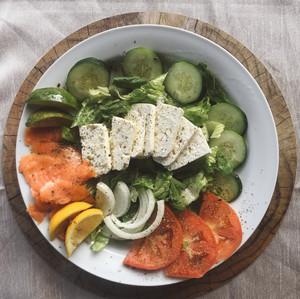 Salade Grecque avec saumon fumée