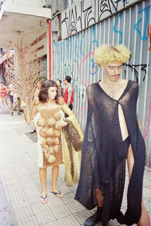 ao fundo, a artista CHRUA veste roupa sua  foto: Matheus Chiaratti