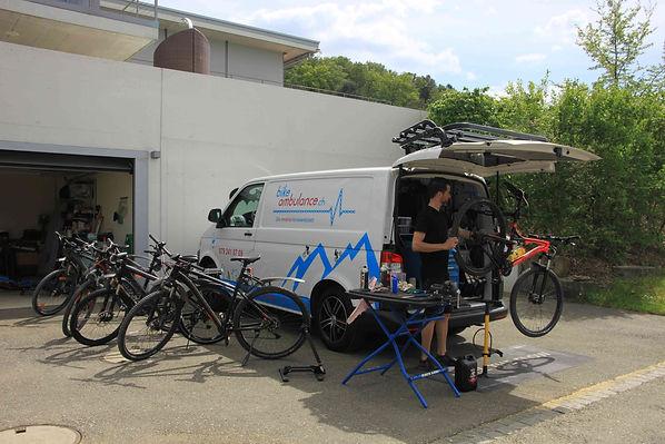 bikeambulance_beim_Kunden_vor_Ort_mobile