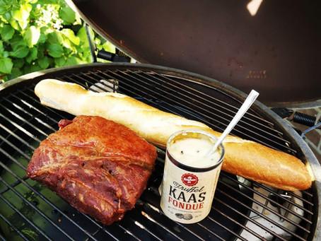 Kaasfondue in blik op de barbecue