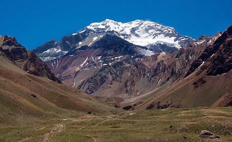 800px-Mt_Aconcagua_near_Mendoza_Argentin