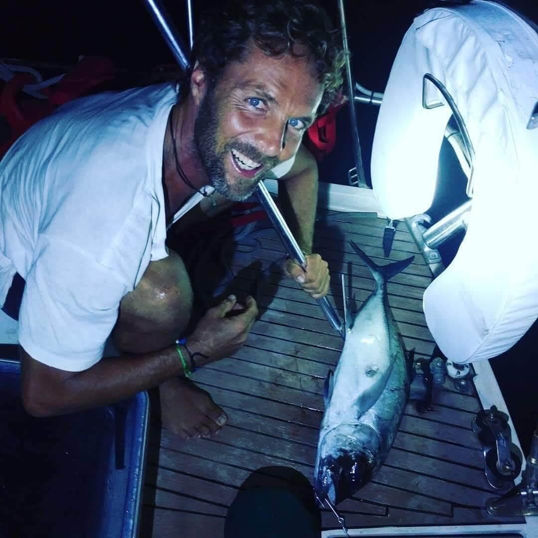 Michael está pescando en el velero Amel Maramu 46 Panamá