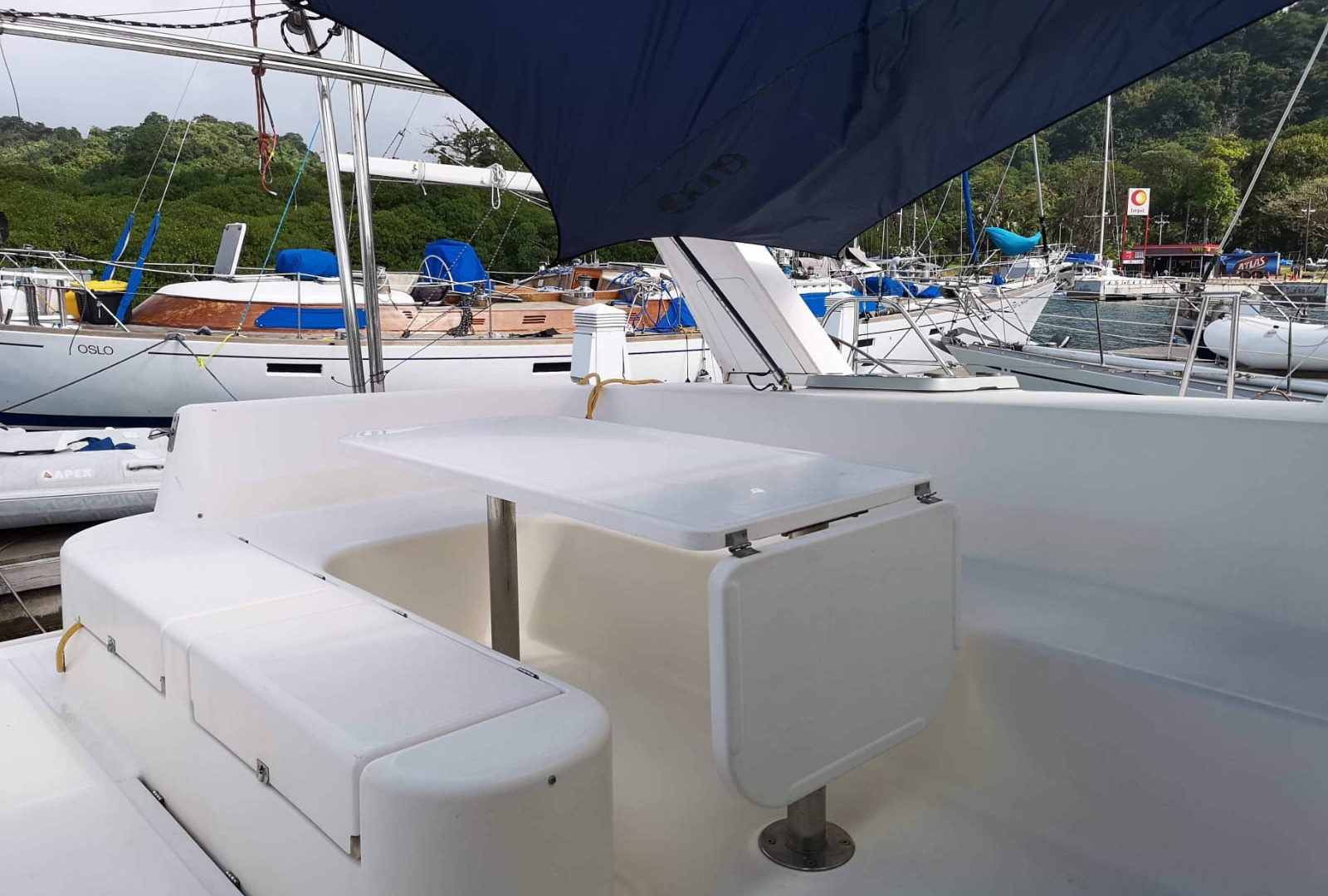 Outdoor dining room catamaran Leopard
