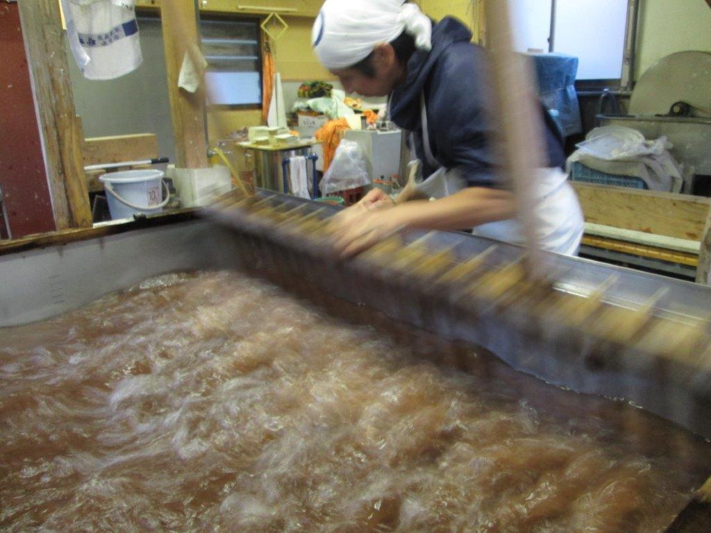 24.漉きぶねに水・紙料・ネリを入れて撹拌します。