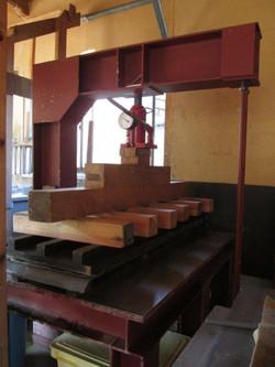 29. 翌日、紙床に圧を掛け、ゆっくりと水分を絞ります。