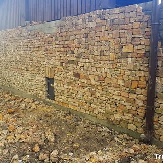 Mur z piaskowca w trakcie prac