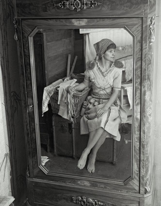 Anne habillée en loques à reloqueter