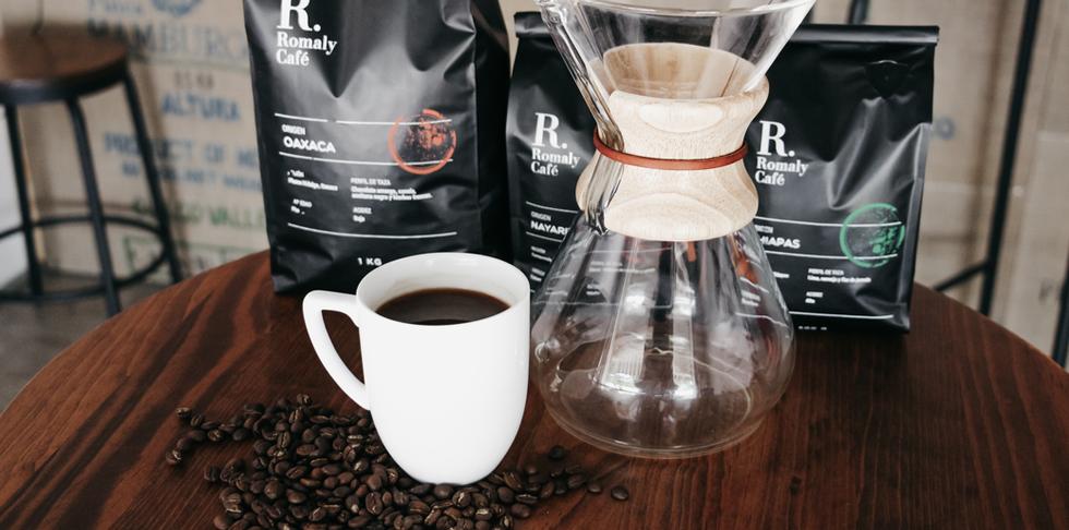Cafetera y taza con productos de café.pn