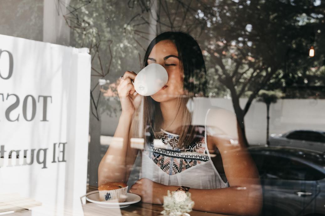 Persona tomando café.png
