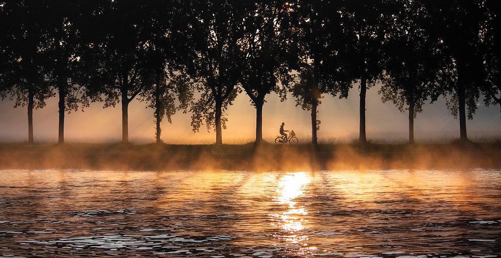 Fietser bij zonsopgang.jpg