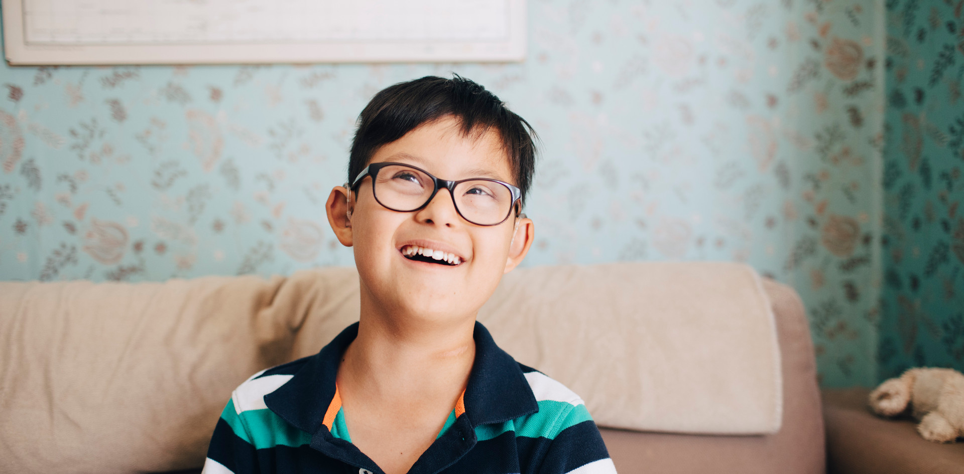 Retrato de un niño con gafas