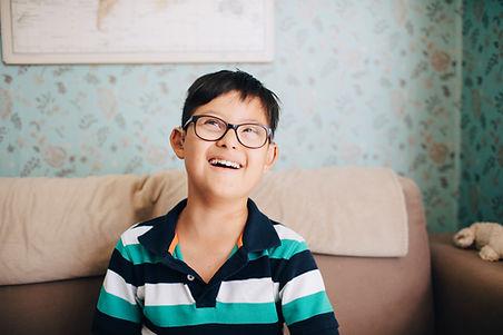 Portret van een jongen met een bril