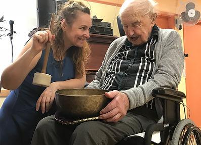 Cours de chant, sonothérapie, massage sonore, Montréal, Nathalie-France Forest, chanthérapie, bol tibétain, 101 ans, Nathalie-France forest