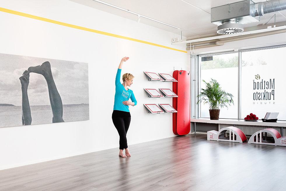 Muuramen Method Putkisto Studiolla  harjoittelet keskittyneesti omaa kehoa kuunnellen. Kuvassa Method Putkisto ohjaaja Ulla Pesola Jousi venytyksessä.