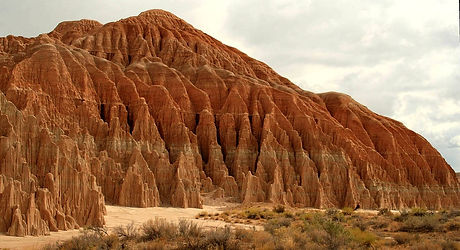 1200px-Eroded_columns_in_Cathedral_Gorge