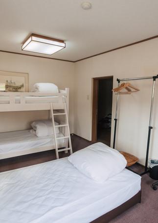 2 Single beds + Bunk beds