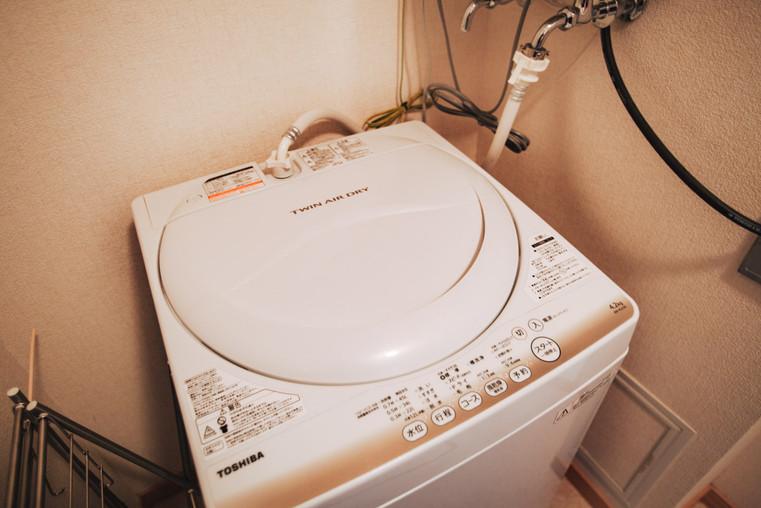 各アパートの洗濯機と物干スタンド