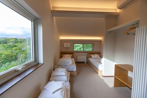 ツインベッドと布団を備えた子供部屋