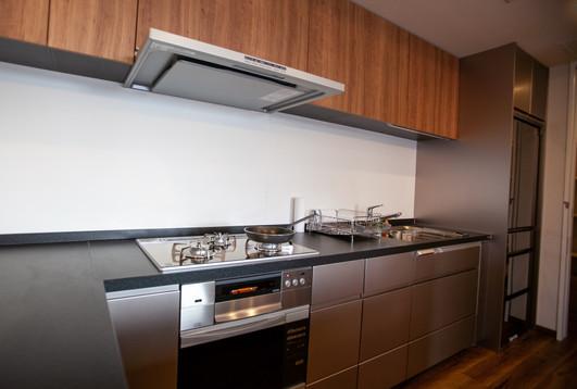 オーブン、ガスコンロ、大型冷蔵庫、大型パントリーを備えたキッチン