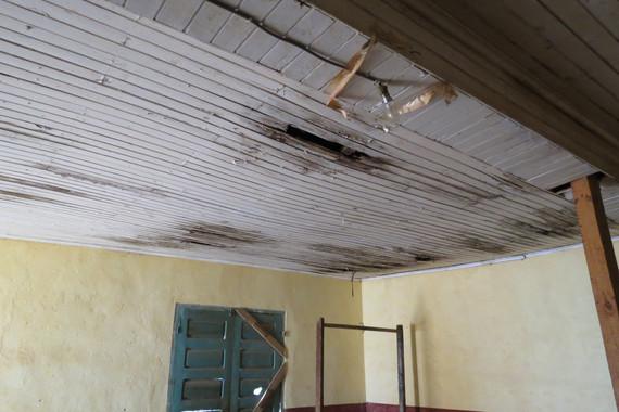 Plafond de la grande salle condamnée