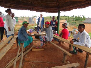 Le déjeuner des responsables de la cantine et les enseignants après le repas des enfants
