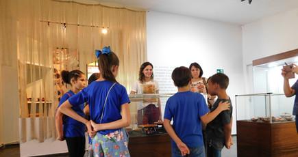 """Visita de alunos do Ensino Fundamental à exposição """"Kamalu Hai e o Canto da Cobra-canoa"""" (30/09/2019)"""