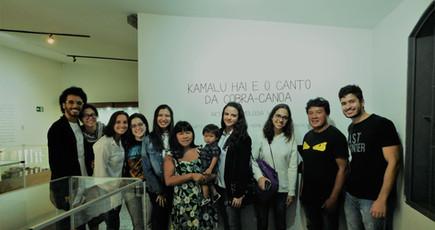 """Visita de alunos da pós-graduação em Direito à exposição  """"Kamalu Hai e o Canto da Cobra-canoa"""" (30/09/19)"""