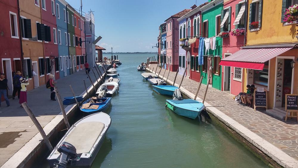 האי בורנו של ונציה. כל בית בצבע אחר.