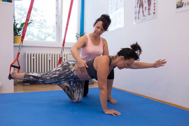Zpevnění středu těla za pomoci závěsného systému pro náročnější klientky