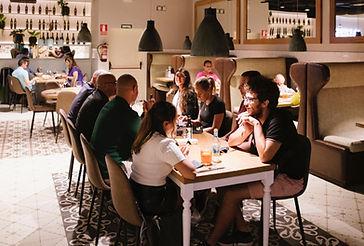 menjador taules rectangulars amb gent_low_edited.jpg