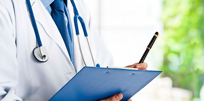 問診票を持つ医師のイメージ画像