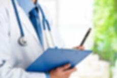 Médico revisando expediente