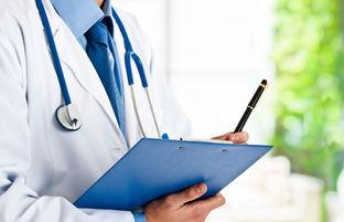 médico anotando