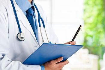 L'Ostéopathe prend des notes pour effectuer un diagnostic ostéopathique