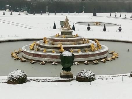 Idyllisch Versailles onder wit sneeuwtapijt