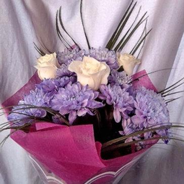 Белые розы с лавандовой хризантемой